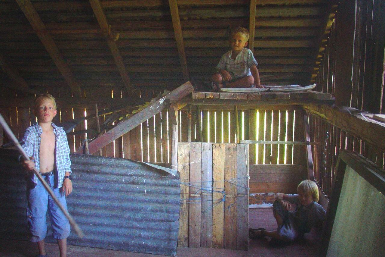 kids spelen in schuur